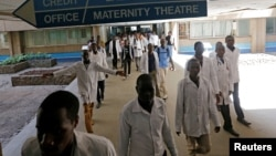 肯尼亚首都内罗毕肯雅塔国立医院的一些医生。(2017年1月19日)