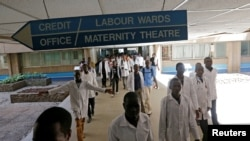 ARSIP - Mahasiswa kedokteran Kenya berjalan menuju bangsal persalinan di Rumah Sakit Nasional Kenyatta dalam sebuah unjuk rasa para doker menuntut dipenuhinya kesepakatan tahun 2013 antara serikat dokter dan pemerintah (foto: REUTERS/Thomas Mukoya)