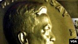 Hadiah Ramon Magsaysay yang sering disebut sebagai 'Nobel Asia'.