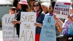 지난달 4일 미국 콜로라도주 오로라 시의 마이크 코프만 연방 하원의원 사무실 앞에서 공화당의 건강보험 법안에 반대하는 시위가 열렸다.