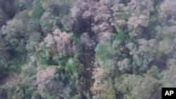 Esta foto divulgada por la Agencia Nacional de Búsqueda y Rescate de Indonesia, el lunes, 17 de agosto de 2015, muestra parte de los restos del avión de Trigana Air que se estrelló en Oksvil, Papúa, Indonesia.