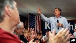 El aspirante republicano John Kasich habla durante un mitin en Derry, New Hampshire.