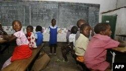 Des enfants zimbabwéens sont assis dans une salle de classe dans une école de Norton, à 55 km à l'ouest de Harare, le 28 janvier 2009
