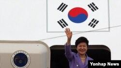 박근혜 한국 대통령이 4박6일간의 미국순방을 마치고 10일 오후 서울공항에 도착, 전용기에서 내리며 손을 흔들어 인사하고 있다.
