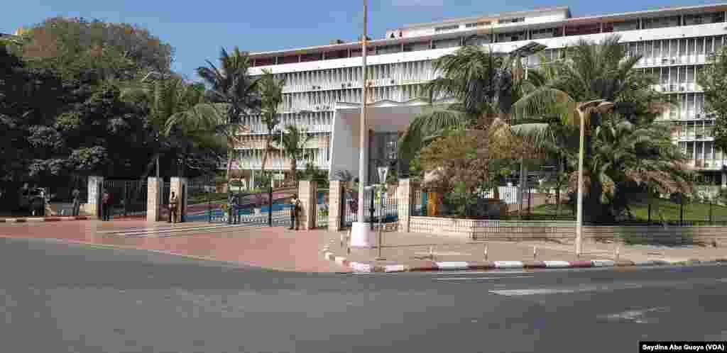 La place Soweto est entièrement occupé par les forces de l'ordre à Dakar, au Sénégal, le 19 avril 2018. (VOA/Seydina Aba Gueye)
