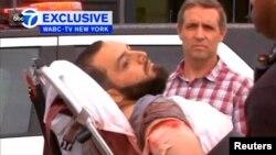 Ahmad Khan Rahami saat diangkat menuju ambulan setelah tertembak di Linden, New Jersey, 19 September 2016 (Courtesy WABC-TV via REUTERS).