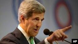 """El secretario de Estado de EE.UU., John Kerry, pidió al Vaticano que """"favorezca soluciones humanitarias adecuadas"""" en relación con los reclusos de la cárcel de Guantánamo."""