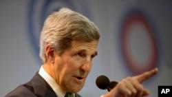 លោករដ្ឋមន្រ្តីការបរទេសសហរដ្ឋអាមេរិក ចន ឃែរី (John Kerry) ថ្លែងសុន្ទរកថានៅឯសន្និសីទអង្គការសហប្រជាជាតិស្តីពីការផ្លាស់ប្តូរអាកាសធាតុនៅក្នុងទីក្រុងលីម៉ា (Lima) ប្រទេសប៉េរូ (Peru) កាលពីថ្ងៃព្រហស្បតិ៍ ទី១១ ខែធ្នូឆ្នាំ២០១៤។