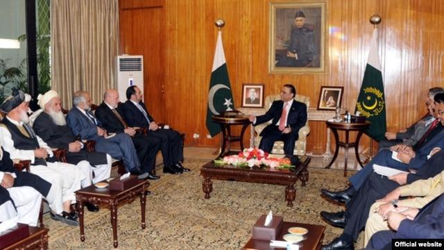 Presiden Pakistan Asif Ali Zardari dan Ketua Dewan Perdamaian Salahuddin Rabbani, dalam pertemuan di  Aiwan-e-Sadr (13/11). Pakistan sepakat untuk membebaskan beberapa tahanan Taliban Afghanistan.