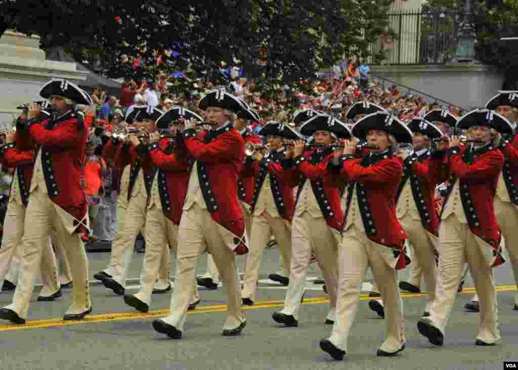 Военный оркестр гвардейцев на марше