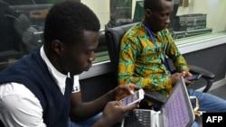 Un étudiant de l'université virtuelle à Abidjan, le 28 novembre 2019. (Photo by ISSOUF SANOGO / AFP)