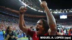 Renato Sanches, joueur portugais, célèbre la victoire du Portugal en finale de l'Euro. UEFA EURO 2016
