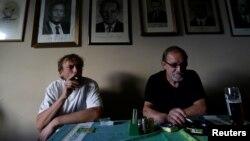 Dua pria tampak sedang merokok di bar di hari terakhir sebelum larangan merokok diberlakukan di Praha, Republik Czech, 30 Mei 2017 (foto: REUTERS/David W Cerny)