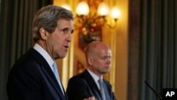 美国国务卿克里(左)在伦敦会晤英国外相黑格后举行联合记者会。(2013年2月25日)