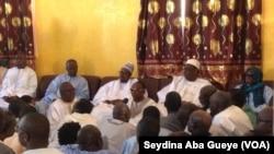 Le président sénégalais Macky Sall en blanc à droite venu présenter ses condoléances chez le défunt Khalife à Touba, Sénégal, 10 janvier 2018. (VOA/ Seydina Aba Gueye)