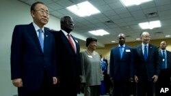 17일 워싱턴에서 열린 세계은행/IMF 연례 총회에서 반기문 유엔 사무총장(왼쪽)과 김용 세계은행 총재(오른쪽 두번째)가 서아프리카 정상들과 기념촬영을 하고 있다.
