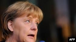 Thủ tướng Ðức Angela Merkel nói chuyện với các nhà báo khi bà đến Brussels để dự cuộc họp