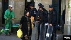 PAra petugas berjaga di sekitar tempat kejadian bom bunuh diri di Aljazair (3/3)