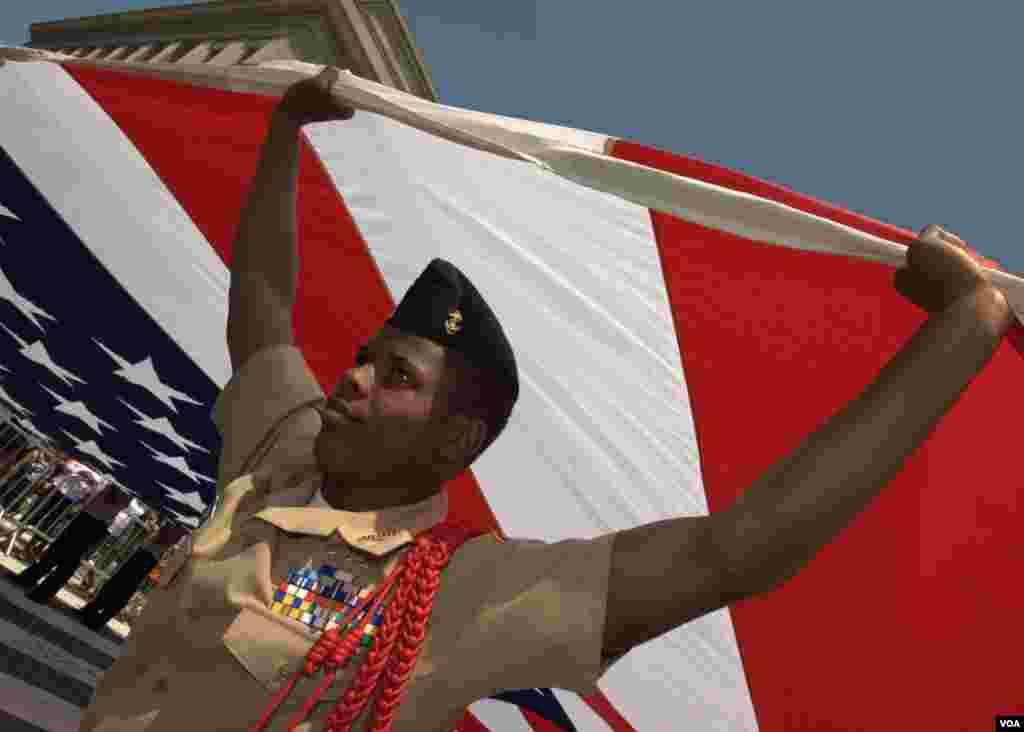 Один из несущих гигантский флаг США