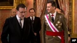 西班牙国王菲利普六世(右)与西班牙首相马里亚诺·拉霍伊(左)