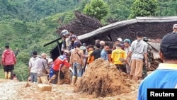 Tim penyelamat berusaha mencari korban tanah longsor di Sukabumi, Jawa Barat, Selasa 1/1 (Foto: SEKOLAH RELAWAN/Reuters).