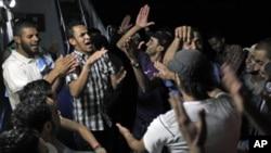 利比亞反對派駐通往米蘇拉塔的道路上高呼卡扎菲下台口號