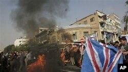伊朗抗议者在英国驻伊朗大使馆前举行反英示威,并焚烧自制的美国和英国国旗