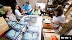 14일 미국 앨라배마주 몬로빌의 한 서점에서 종업원들이 소설가 하퍼 리의 신작 '파수꾼(Go Set A Watchman)'을 진열하고 있다.
