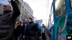 """Demonstranti tokom četvrtog """"Protesta protiv diktature"""" šetaju ulicama Beograda (AP Photo/Darko Vojinovic)"""