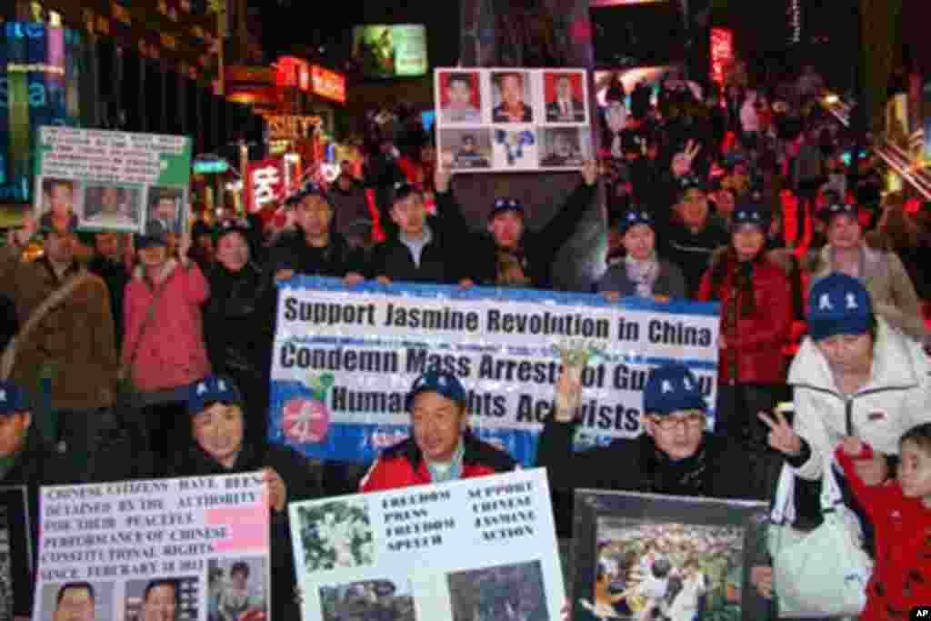 中国民主党成员纽约市时报广场前示威