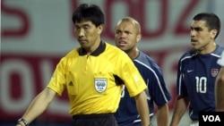 Wasit Tiongkok Lu Jun saat memimpin pertandingan antara AS dan Polandia dalam Piala Dunia 2002 di Daejeon, Korsel (foto: dok).