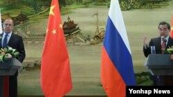 왕이 중국 외교부장(오른쪽)과 세르게이 라브로프 러시아 외무장관이 29일 중국 베이징 외교부 청사에서 양자회담 후 공동기자회견을 가졌다.