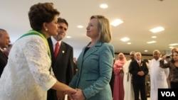 La presidenta de Brasil, Dilma Rousseff (i) y la secretaria de Estado, Hillary Clinton (d), el pasado 1ro. de enero en Brasilia.