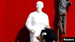 Công nhân chuẩn bị tượng Hồ Chí Minh cho một buổi lễ kỷ niệm ở thành phố Buôn Ma Thuột. (Ảnh tư liệu).