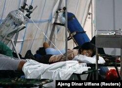Seorang pasien COVID-19 sedang menerima oksigen di tenda gawat darurat di sebuah rumah sakit di Jakarta, Kamis, 24 Juni 2021. (Foto: Ajeng Dinar Ulfiana/Reuters)