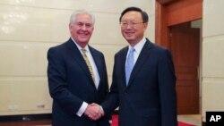အေမရိကန္ႏိုင္ငံျခားေရး၀န္ၾကီး Rex Tillerson နဲ႔ တရုတ္ ႏိုင္ငံေတာ္ေကာင္စီ၀င္ Yang Jiechi (မတ္လ ၂၀၁၇)