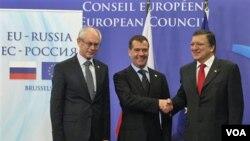Presiden Rusia Dmitry Medvedev (tengah) menghadiri KTT Uni Eropa-Rusia di Brussels, Belgia dan menjanjikan bantuan bagi Zona Euro (15/12).