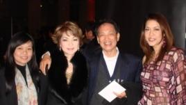 Ái Vân (thứ hai từ trái) và Thu Phương (phải) chụp ảnh kỉ niệm với khách hâm mộ (ảnh Bùi Văn Phú)