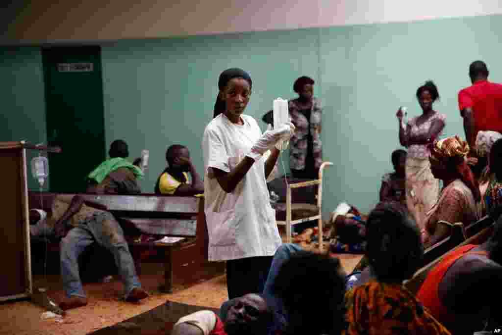 Feridos aguardam por atendimento em hospital da capital da República-Centro Africana, 05 de dezembro de 2013