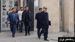 حسین فریدون پس از خروج از دادگاه