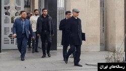 حسین فریدون در حالی چند روز بعد بعد از زندانیشدن به مرخصی رفته که زندانیان سیاسی گاهی تا آخر دوران حبس از این امکان حتی برای درمان و مرگ اقوام درجه یک برخوردار نیستند.