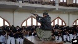 មន្រ្តីសន្តិសុខរបស់ប៉ាគីស្ថានសម្តែងជាយុទ្ធជនម្នាក់ក្នុងពេលហ្វឹកហ្វឺនសន្តិសុខមួយកាលពីថ្ងៃទី២ ខែកុម្ភៈ នៅមហាវិទ្យាល័យ Islamia ក្នុងក្រុង Peshawar ប្រទេសប៉ាគីស្ថាន។