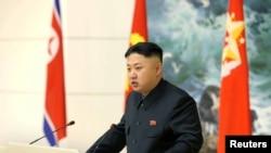 Pemimpin Korea Utara Kim Jong-un menyampaikan pidatonya dalam acara santap malam bersama para ilmuwan dan berbagai pihak yang terlibat dalam peluncuran roket Unha-3 yang berhasil membawa satelit Kwangmyongsong-3 versi ke-2 di Pyongyang (21/12).