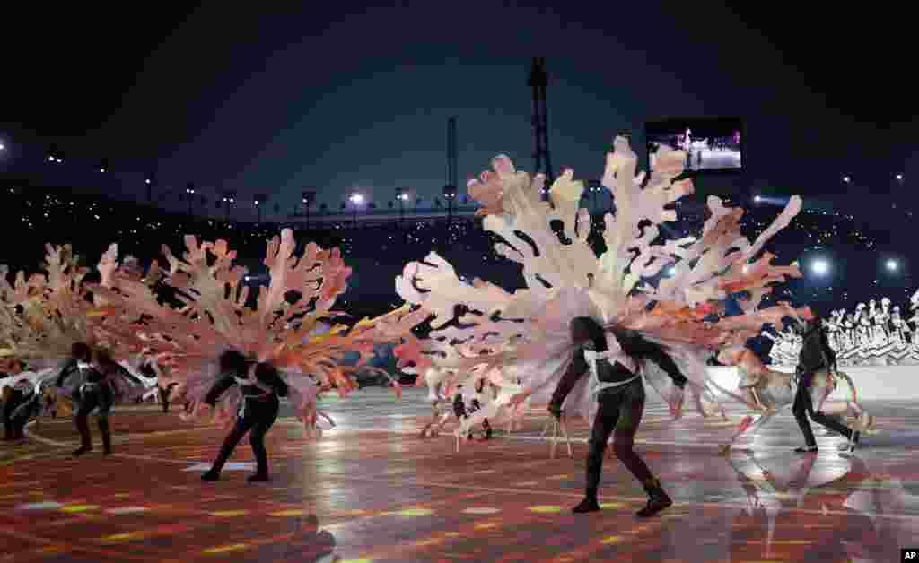 Танцівники виступають під часцеремонії відкриття Зимових Олімпійських ігор 2018в Пхйончхані, Південна Корея, 9 лютого, 2018