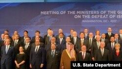美国国务卿蒂勒森与参加全球反伊斯兰国联盟部长级会议代表合影, 最后一排右2为高硕泰(美国国务院官网图片)