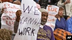 Dalam foto tertanggal 18/1/2014 ini para pengunjuk rasa memadati jumpa pers Partai Demokrat di Capitol Hill, Washington DC mengenai diperpanjangnya asuransi untuk para penganggur yang sebenarnya sudah dihentikan pada 28/12/2013.