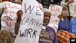 Dalam foto tertanggal 18/1/2014 ini warga AS berunjuk rasa dalam sebuah jumpa pers Partai Demokrat di Capitol Hill. 192 ribu pekerjaan ditambahkan pada Maret.
