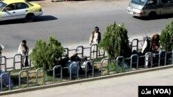 دست فروشان در حال فروش مواد مخدر در داخل شهر دیده میشوند