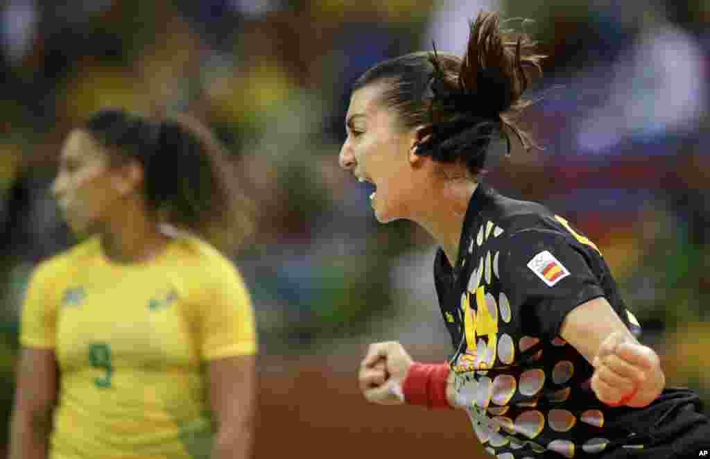 L'Espagnol Elizabet Chavez célèbre sa victoire après avoir marqué un but contre les brésiliennes, le 10 août 2016.