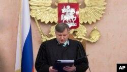 El juez de la Corte Suprema rusa, Yuri Ivanenko, lee la decisión del tribunal sobre los Testigos de Jehová en una sala de la Corte en Moscú. Abril 20, 2017.